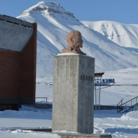 Lenin in Pyramiden doesnt have a cap, it is not so cold obviously...